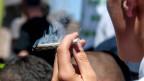 Eine Person raucht einen Joint