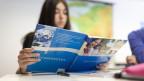 Schülerin lernt französisch in der Schule