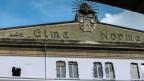 Die papierverhüllte Fassade der ehemaligen Schoggifabrik