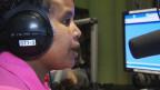 Absera Tewelde während einer Radiosendung