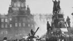 Sowjetische Panzer in den Strassen Prags am 21. August 1968