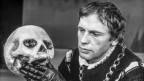 Der Schauspieler Jean-Louis Trintignant spielt Hamlet in Shakespeares gleichnamigem Drama. Aufgenommen im Theatre de la Musique in Paris am 26. Januar 1971.