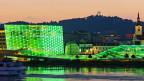 Aussensnasicht des leuchtenden Ars Electronica-Gebäudes