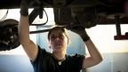 Eine Mechanikerin bei der Arbeit
