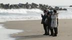 Menschen beim Gedenken an Fukushima.