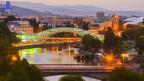 Die Friedensbrücke in Tiflis während der Dämmerung