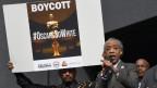 Ein Protestierender hält ein Schild hoch mit der Aufschrift: «Boycott. #oscarssowhite»»