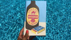 Das Cover des Buches «Snooker in Kairo». Darauf zu sehen ist eine Zeichnung einer Flasche und einer Streichholzpackung.