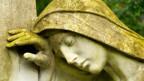 Eine trauernde Statue.