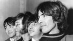 Nahaufnahme von 5 Männern – den Beatles – die nah beieinander stehen.