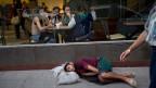 Obdachloser schläft auf der Strasse in Argentinien