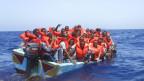völlig überfülltes Boot mit Flüchtlinge vor Lampedusa