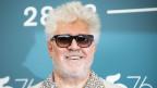 Ein Mann mit Sonnenbrille und grauen Haaren