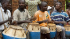 Männern mit afrikanischen Trommeln in Togo