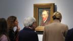 Ältere Menschen betrachten ein Gemälde Vincent van Goghs