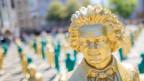 Eine lächelnde, goldene Beethoven-Statue