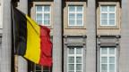 Belgische Flagge vor dem Belgischen Parlament in Brüssel