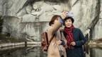 Zwei Asiatinnen vor dem Löwendenkmal in Luzern machen ein Selfie von sich