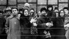 Schwarz-Weiss Foto von Arbeiter und Arbeiterinnen in Russland
