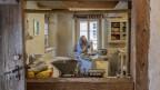 Mann töpfert in einem alten Bauernhaus