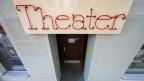 """Eingang eines Theaters mit einer Leuchtschrift """"Theater"""" darüber"""
