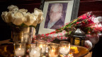 Vor der Wohnung des Schauspielers stehen Kerzen und Blumen