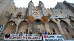 Protest-Transparente vor dem Palais des Papes in Avignon, 4.7.2014.