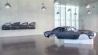Objekte von Outlaws und Rebellen: «The Doors», vier Autotüren an der Wand, ein schwarzes Auto im Raum.