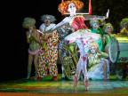 Schauspieler als Zirkusclowns- und Artisten verkleidet.