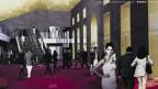 Computerillustration der virtuellen Innenansicht des zukünftigen Palazzo del Cinema mit flanierenden Besuchern.