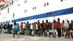 Mai 2015: Migranten steigen in Lampedusa auf die Fähre nach Italien
