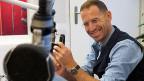 Farbiges Porträt von Jeroen van Rooijen im Radiostudio.