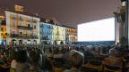 Piazza Grande mit Kinoleinwand am Abend