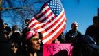 Menschen protestieren gegen den neuen US-Präsidenten Donald J. Trump im Februar 2017 in New York.