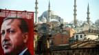 Ein übergrosses Erdogan-Poster, im Hintergrund eine Moschee in Istanbul.