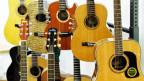 Verschiedene Gitarren sind in einem Geschäft aufgestellt