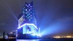 Während des Eröffnungskonzerts wird am 11.01.2017 am Hafen in Hamburg die Elbphilharmonie illuminiert.