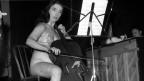 Charlotte Moorman, fast nackt hinter ihrem Cello.