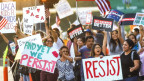 Frauen und Männer halten Transparente und Plakate, auf denen ihr Widerstand gegen die Aufhebung des DACA-Programms bekunden