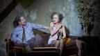 Ein Mann und eine Frau auf der Bühne im Schauspielhaus.