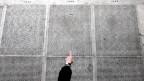 Ein Besucher zeigt auf Namen ermordeter Juden, die am Shoah-Denkmal in Paris eingraviert sind.