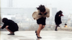 Japanische Touristen kämpfen in Paris gegen heftige Böhen.