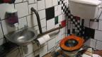 WC mit bunten Kacheln an den Wänden