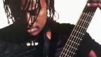 Auf dem Bild sieht man den malinesischen Musiker Habib Koité, wie er eine Gitarre in der Hand hält.