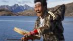 Inuit Frau singt und schlägt die Trommel.