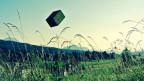Kiste fliegt durch die Luft.