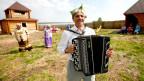 Volksmusik-Amateur-Gruppe am Ufer des Jenissei-Flusses in Sibirien