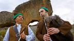 Zwei Männer spielen Dudelsack