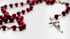 Rosenkranz mit roten Perlen