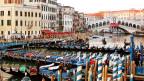 Kanal in Venedig mit Gondeln